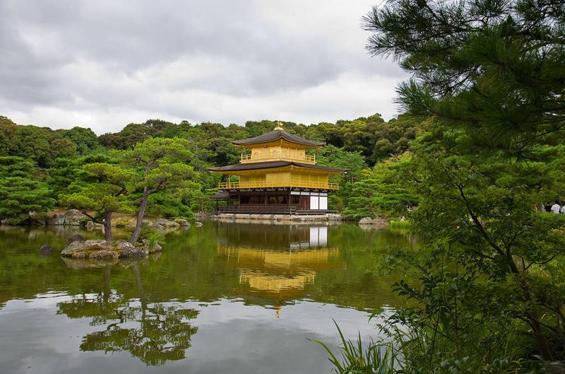 Сад храма Кинкакудзи (Золотой павильон) в Киото