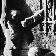 """Бухенвальд. Ханс Кииз. Рельеф первой степы """"Строительство лагеря"""""""