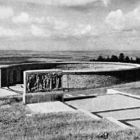 Бухенвальд. Вид со стороны Дороги стел на седьмую стелу и западную круглую гробницу