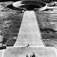Бухенвальд. Вид на памятник, Улицу Освобождения и восточную гробницу с Башни Освобождения