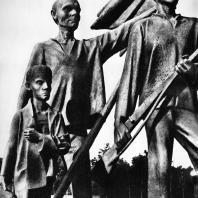 """Бухенвальд. Фриц Кремер. Памятник. Фрагмент (""""Знаменосец"""", """"Боец с винтовкой"""")"""