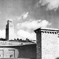 Бухенвальд. Вид на памятник и Башню Освобождения со стороны Улицы Наций, из средней гробницы