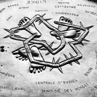 Бухенвальд. Вальдемар Грцимек. Плита над урной с землей из концлагерей Европы