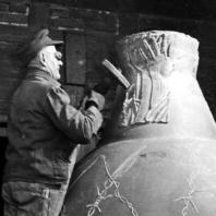 Бухенвальдский колокол. Работник из литейного завода Шиллинг в Апольде полирует Бухенвальдский колокол, предназначенный для башни мемориального комплекса. 1957 г. Фото: Ernst Schäfer