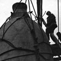 Бухенвальдский колокол. Поднятие колокола на мемориальную башню. 30 июля 1957 года. Фото: Ernst Schäfer