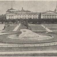 Рис. 17. Сквер на площади Декабристов в Ленинграде. Общий вид
