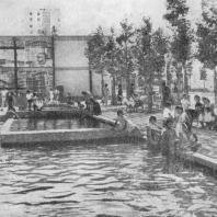 Площадка отдыха с бассейном для детей в новом городе Муренке. Франция