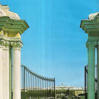 Петергоф. Пилоны главных ворот Верхнего сада. 1756. Архитектор В. Растрелли