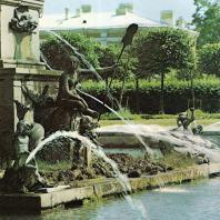 Петергоф. Верхний сад. Фонтан «Нептун». Аллегорическое изображение нюрнбергской реки Пегниц в образе нереиды