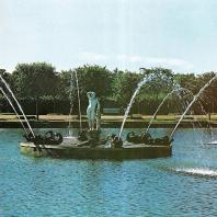 Петергоф.  Верхний сад. Восточный квадратный пруд