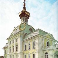 Петергоф. Большой дворец. Церковный корпус. При перестройке Большого дворца (1747—1754) архитектор В. Растрелли к его центральной части присоединил с помощью сквозных галерей два боковых флигеля — «Церковный» и «Корпус под Гербом».