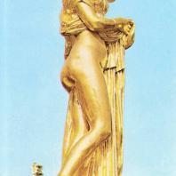 Петергоф. Большой каскад. Статуя Венера Каллипига. 1857. Медь, позолота. Гальванокопия с античного оригинала (III в. до н.э.). Мастерская И. Гамбургера