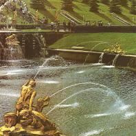 Петергоф. Ковш Большого каскада. На переднем плане группа «Наяда и тритон». Вдали фонтанная группа «Сирены». 1805. Золоченая бронза. Скульптор Ф. Щедрин