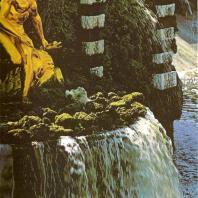 Петергоф. Большой каскад. Ковш, восточная сторона. Статуя «Нева». 1805. Золоченая бронза. Скульптор Ф. Щедрин. Воссоздана В. Эллоненом в 1950 году