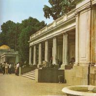 Петергоф. Воронихинские колоннады (восточная и западная). Две мраморные колоннады (1800—1803), замыкающие композицию партеров перед Большим каскадом, возведены по чертежам выдающегося русского зодчего А.И. Воронихина