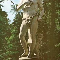 Петергоф. Марлинская аллея. Фонтан «Адам». 1722. Архитектор И. Микетти. Композиционный центр восточной части Нижнего парка. Мраморная статуя (1718) работы Дж. Бонацца является вольной копией с оригинала А. Рицци