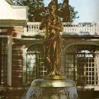 Петергоф. Монплезирский сад. Фонтан-колокол. Статуя «Психея». 1817. Золоченая бронза. Копия с оригинала А. Кановы по модели И. Мартоса