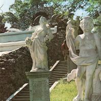 Петергоф. Каскад «Шахматная гора». Статуи Плутона и Помоны. Начало XVIII века. Мрамор. Работы неизвестных итальянских мастеров