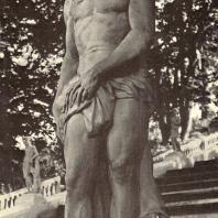 Петергоф. Нептун. Начало XVIII века. Мрамор. Статуя работы итальянского скульптора А. Тарсия. Нептун — по античной мифологии — бог морей. Правой рукой он касается хвоста дельфина, левой придерживает драпировку