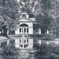 Павловский парк. Пруд со статуей Афродиты Каллипиги у Вольера