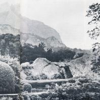 Алупкинский парк. На первом плане «Лунный» камень, на втором — Крестовая гора, в дымке вершина Ай-Петри